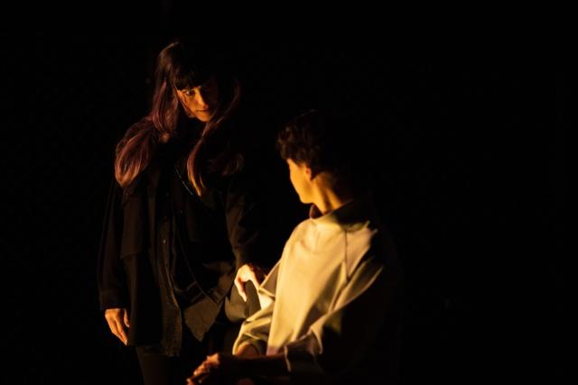 Photo de scène La Possession mes François-Xavier Rouyer, avec Mélina Martin, Romain Daroles, Pauline Belle et Julia Perazzini