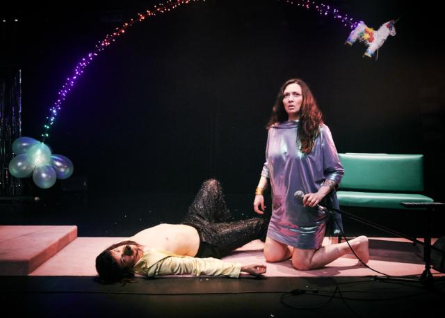 photo de scène du spectacle Violencia Rivas, avec Léa Pohlhammer et Adrien Barazzone, © Anouk Schneider