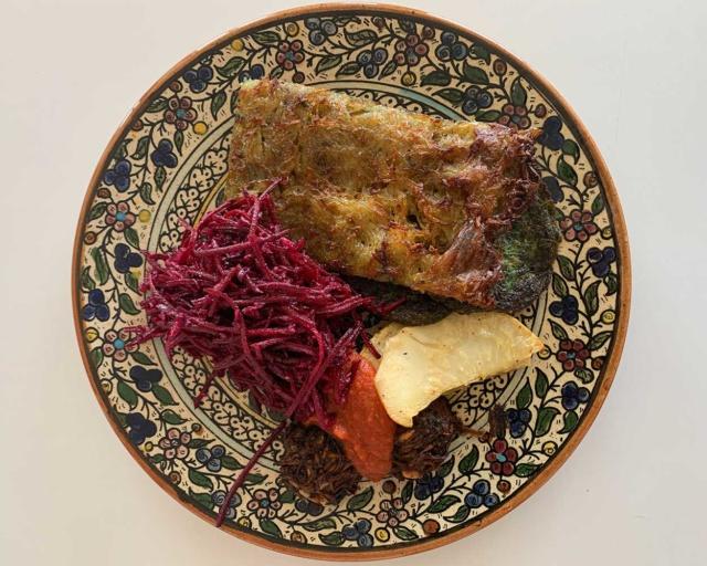 L'assiette 47 : Rösti à la sauge, beignet de blettes, céleri rôti, boulettes champignons de Paris et noix, sauce tomate et salade de chou nouveau, parmesan