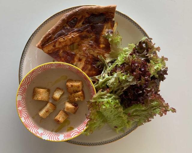 La bis : Tarte au panais et laurier, soupe de haricots blancs, croûtons à l'ail, salade verte