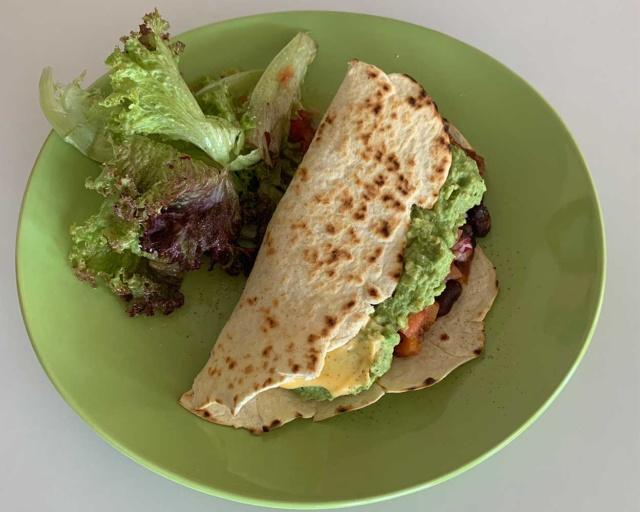 La troisième : Tacos haricots rouges, courge, salsa pico de gallo, yaourt citronné, guacamole et sauce cheddar