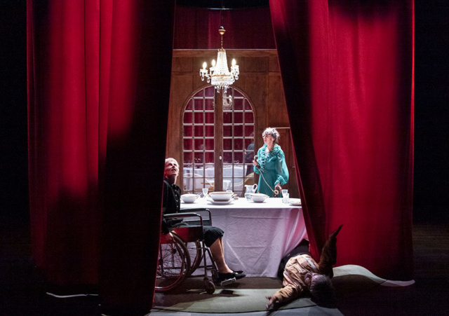 Photo de scène du spectacle AVANT LA RETRAITE de Marion Duval, Camille Mermet, Aurélien Patouillard, © Dorothée Thébert Filliger