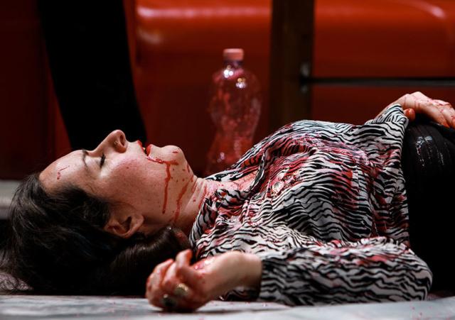 Photo du spectacle CRY d'Anna Lemonaki et Lena Kitsopoulou, © Sébastien Monachon