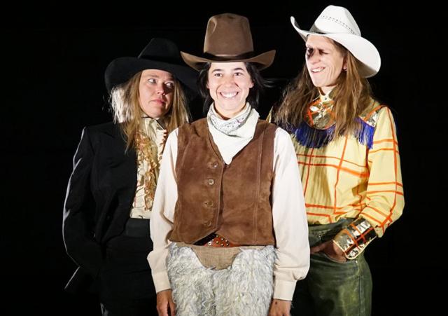 Photo des trois comédiennes du spectacle FARWEST : Marion Duval, Cécile Druet, Fiamma Camesi