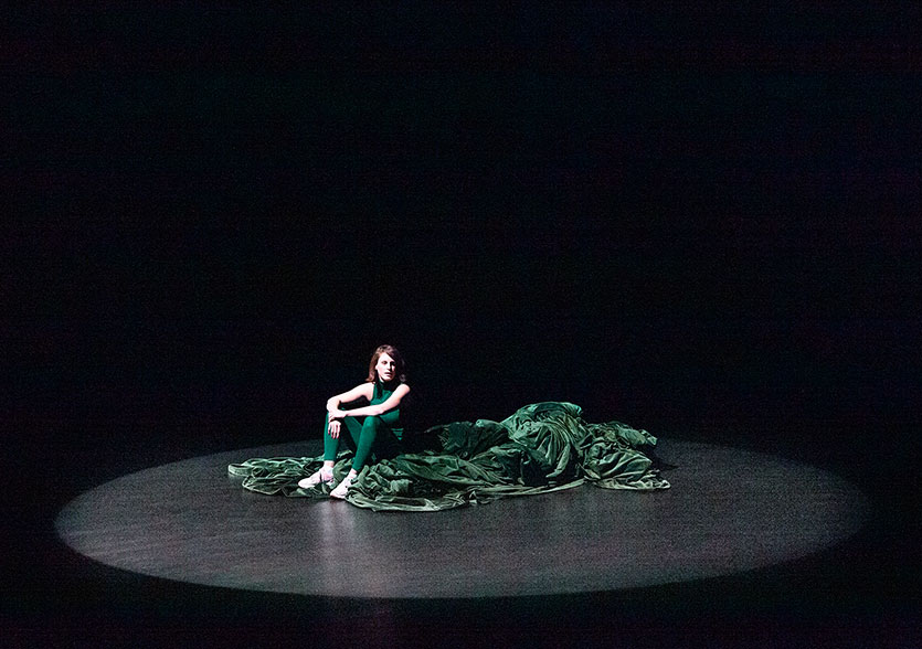 Photo de scène du solo Le Souper, de et avec Julia Perazzini, © Dorothée Thébert Filliger
