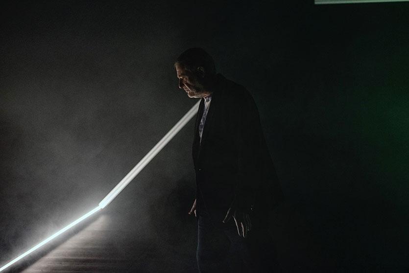 Photo de scène du spectacle Manuel d'exil de Maya Bösch avec Jean-Quentin Châtelain, © Christian Lutz